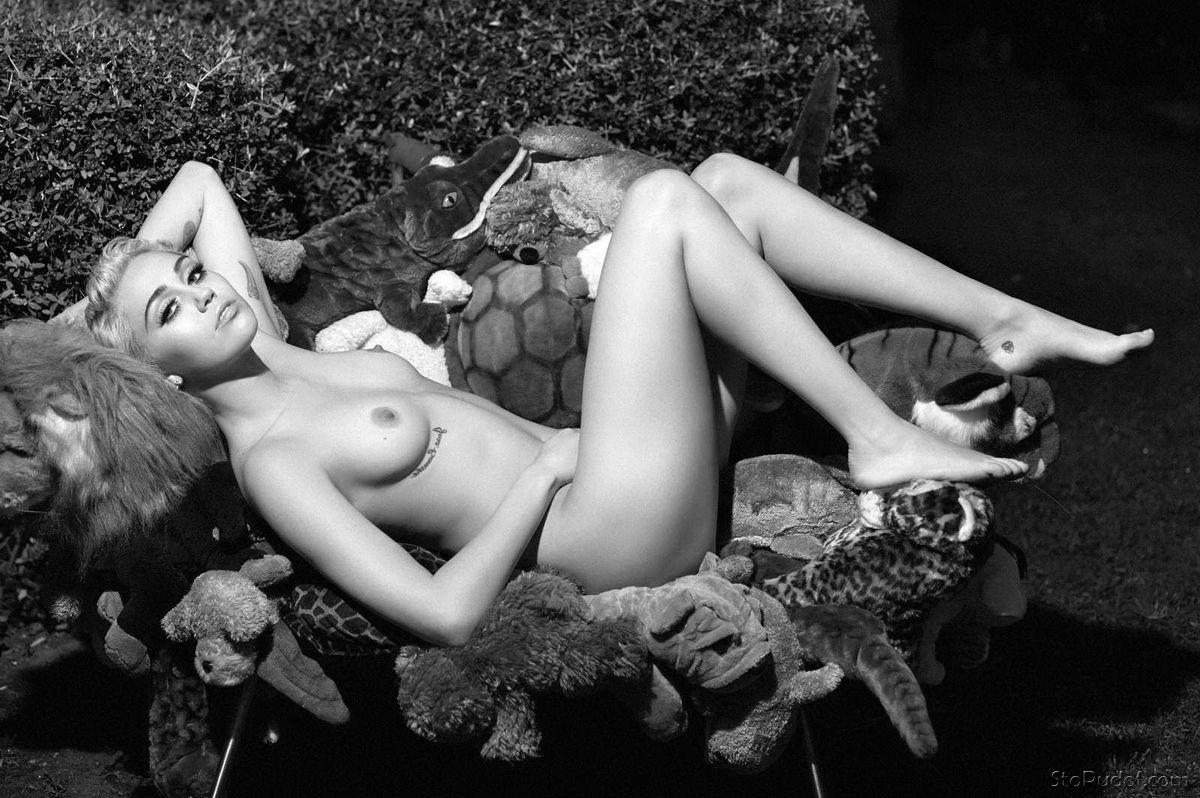 celebrity nude photos Miley Cyrus - UkPhotoSafari