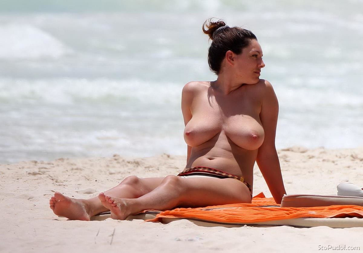 kelly-brook-is-a-lesbian-malay-nude-shots